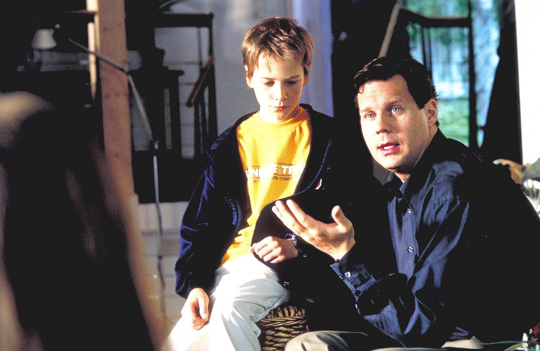 Wie sag' ich's meinem Kinde: Fridolin (Max Felder, l.) kann nicht glauben, dass Mama und Papa (Thomas Heinze, r.) sich wirklich trennen wollen ... - Bildquelle: Rolf von der Heydt ProSieben