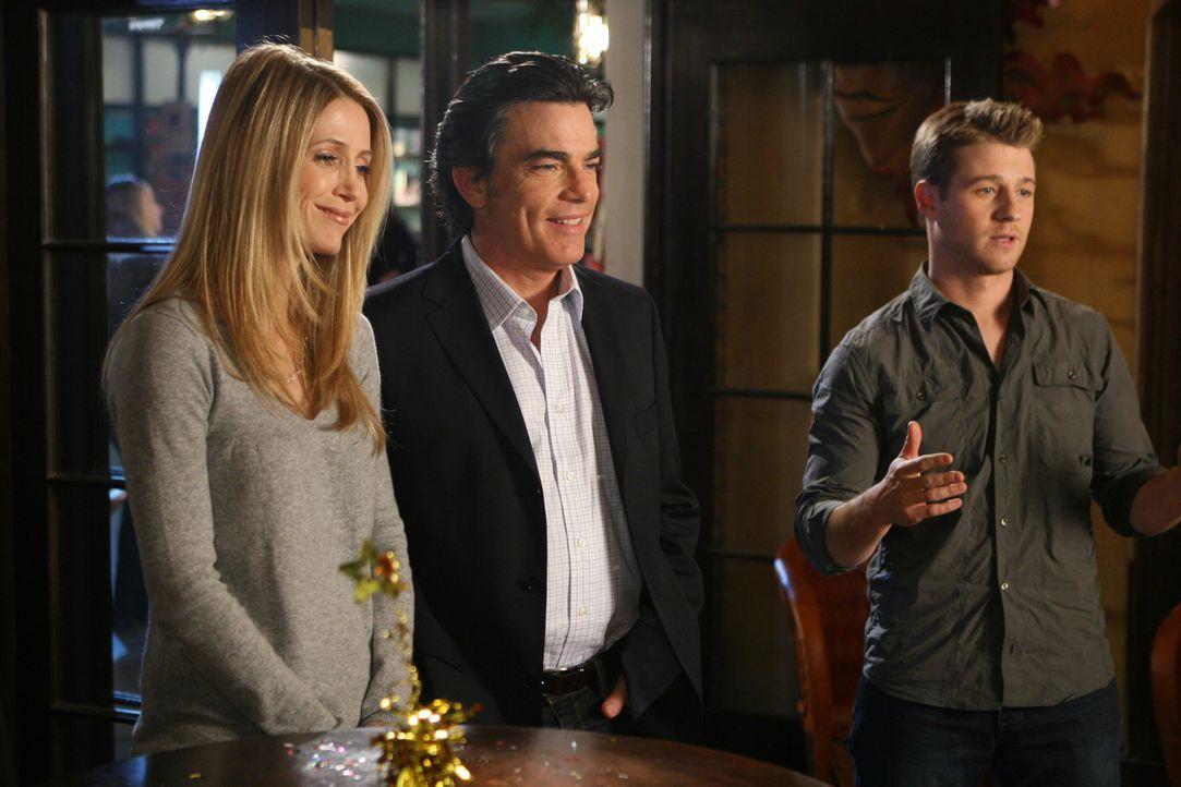Ryan (Benjamin McKenzie, r.) hat für Taylor eine Geburtstagsparty organisiert zu der auch Kirsten (Kelly Rowan, l.) und Sandy (Peter Gallagher, M.)... - Bildquelle: Warner Bros. Television
