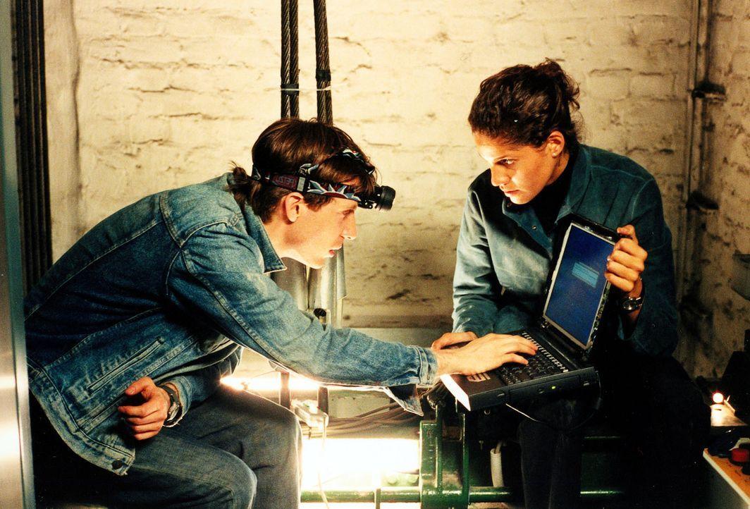 Mit Hilfe von Thomas (Bastian Trost, l.) dringt Alissa (Jasmin Gerat, r.) ins Hauptgebäude von MTaC ein. Ihr eigenes Pionier-Programm ermöglicht ihr... - Bildquelle: Alfred Raschke SAT.1