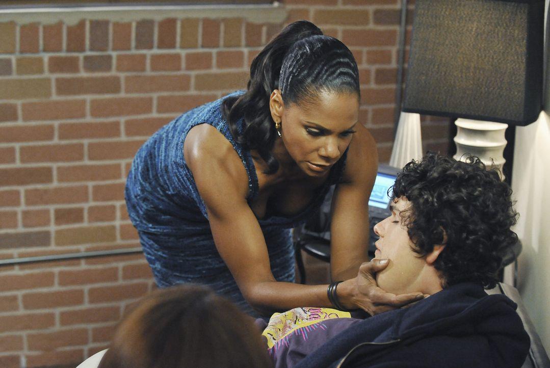 Als eines Tages plötzlich Justin (Brett DelBuono, r.) in der Praxis auftaucht, ahnen Naomi (Audra McDonald, l.) und Cooper nicht, was wirklich mit... - Bildquelle: ABC Studios
