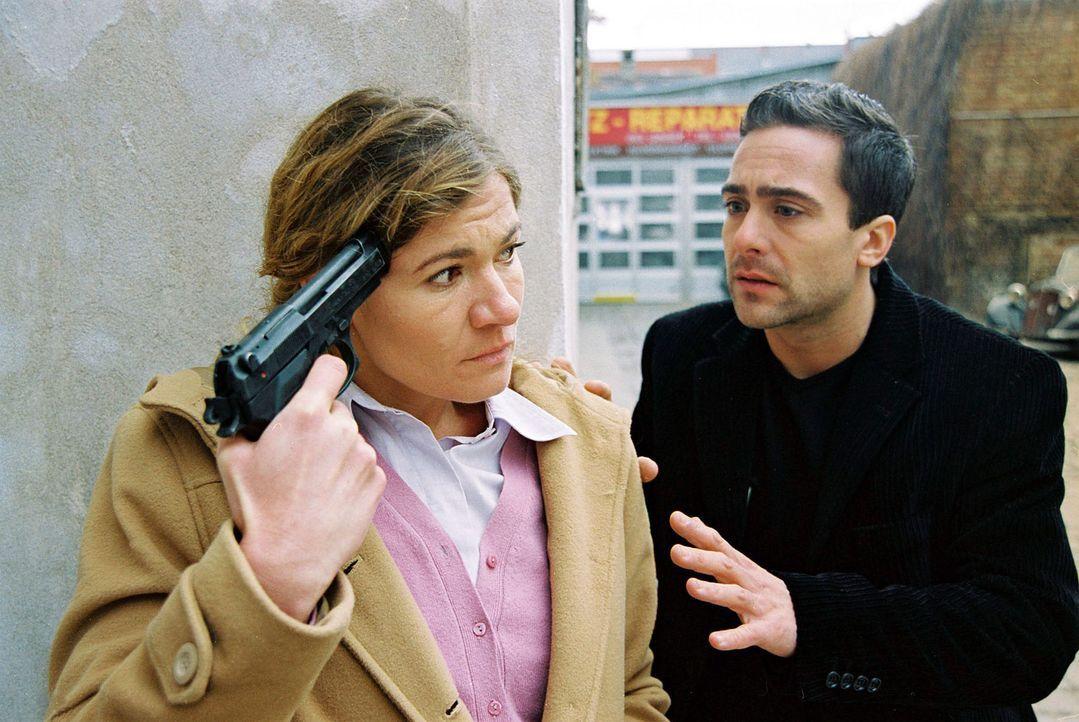Marc (Alexander Pschill, r.) redet mit Engelszungen auf Erika Walter (Carmen Gratl, l.) ein, um sie von dem Selbstmord abzubringen ... - Bildquelle: Ali Schafler Sat.1