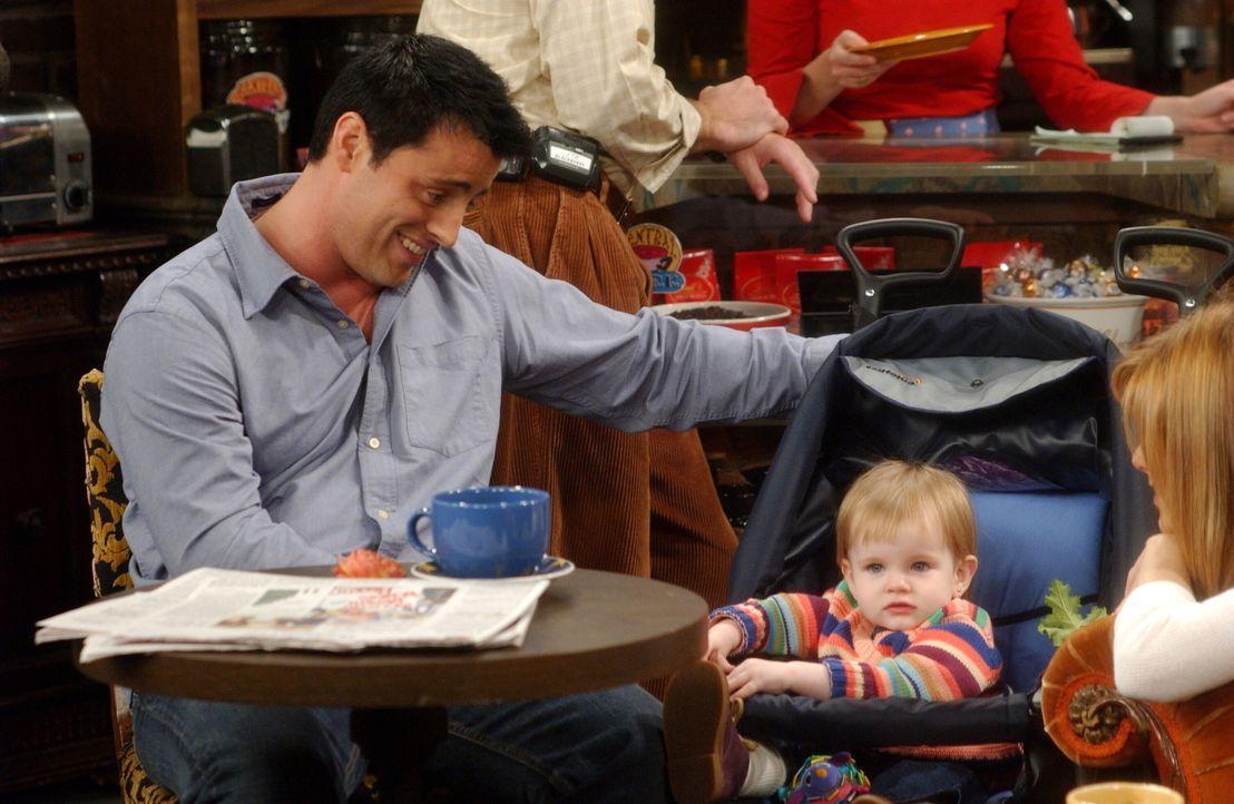 Joey (Matt LeBlanc, l.) findet die kleine Emma (Darsteller unbekannt, r.) ausgesprochen süß ... - Bildquelle: 2003 Warner Brothers International Television