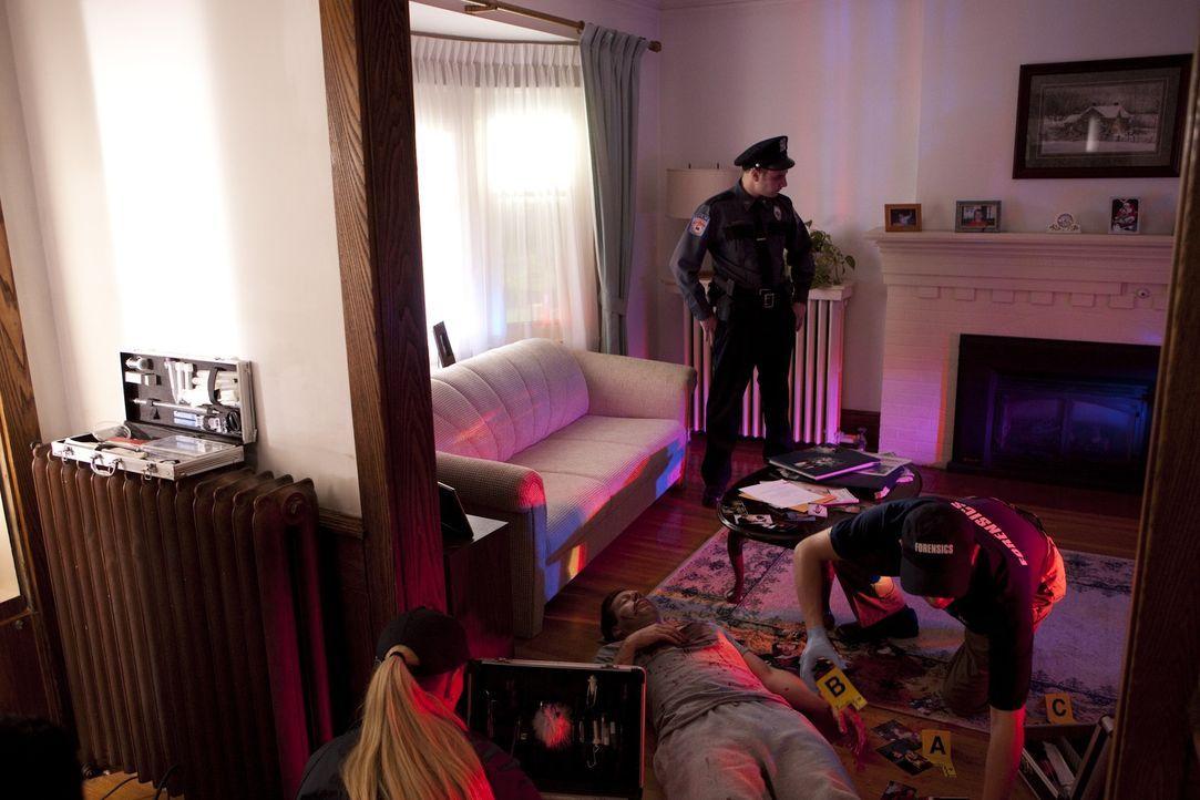 Kann der Polizei in diesem Fall vertraut werden? Einige Indizien weisen darauf hin, dass der Mörder aus den eigenen Reihen kommt ... - Bildquelle: Jeremy Lewis Cineflix 2010