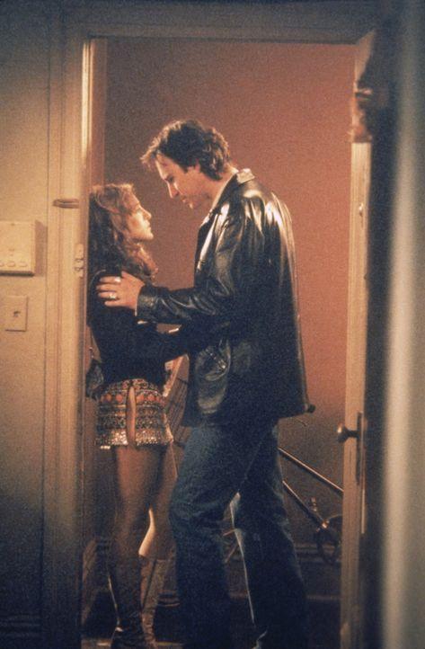 Carrie (Sarah Jessica Parker, l.) ist bis über beide Ohren in den Möbeldesigner Aidan (John Corbett, r.) verliebt. - Bildquelle: Paramount Pictures