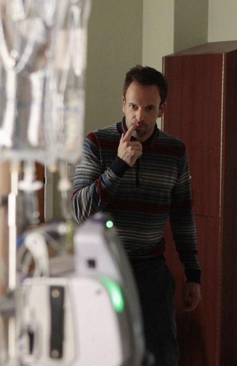 Versucht, einen Mordfall in einem Krankenhaus aufzudecken: Sherlock Holmes (Jonny Lee Miller) ... - Bildquelle: CBS Television