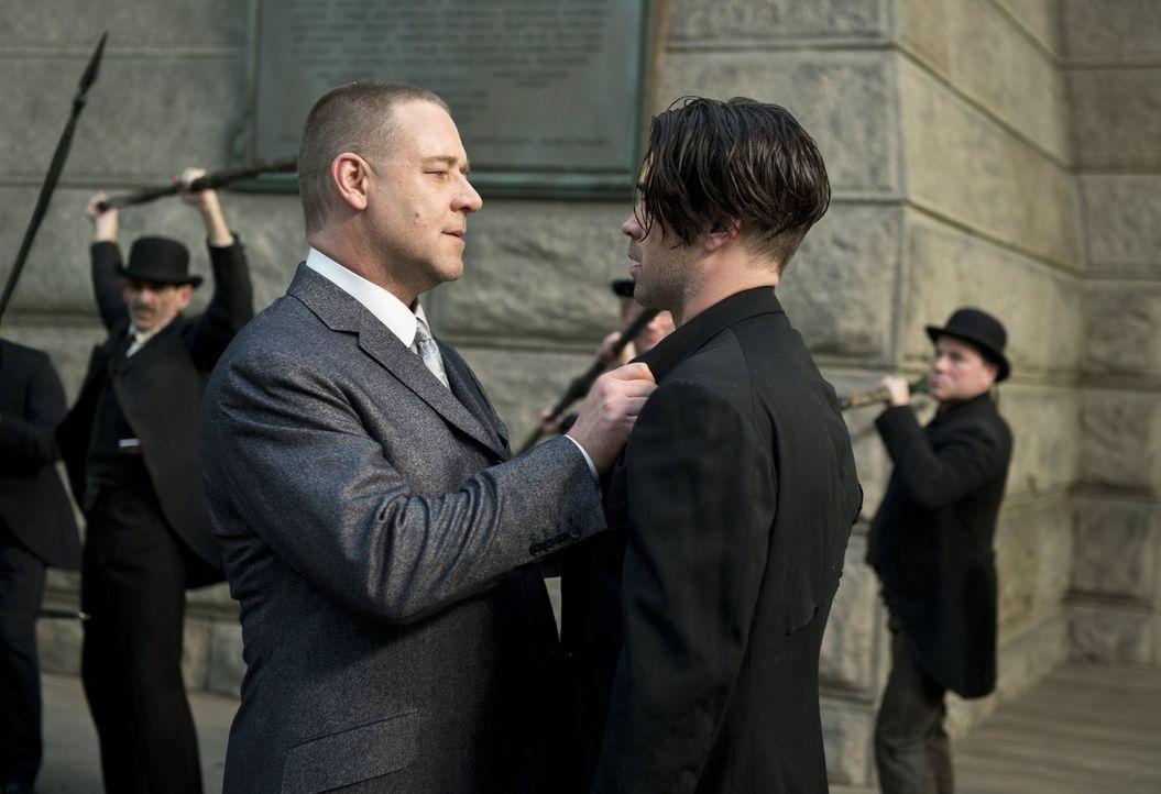 Der Kleinkriminelle Peter Lake (Colin Farrell, r.) gerät immer wieder in Schwierigkeiten, obwohl er ein gutes Herz hat. Sein größter Widersacher ist... - Bildquelle: Warner Brothers