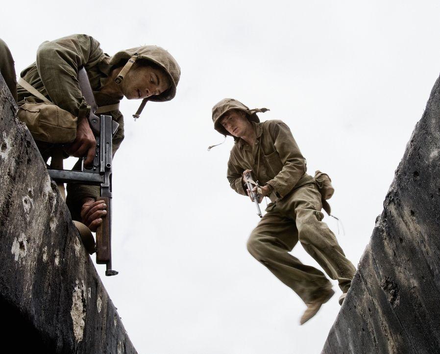Auf der Hügelkette Bloody Nose Ridge verlieren die beiden jungen Marines Snafu (Rami Malek, l.) und Eugene Sledge (Joe Mazzello, r.) ihre letzten Il... - Bildquelle: Home Box Office Inc. All Rights Reserved.