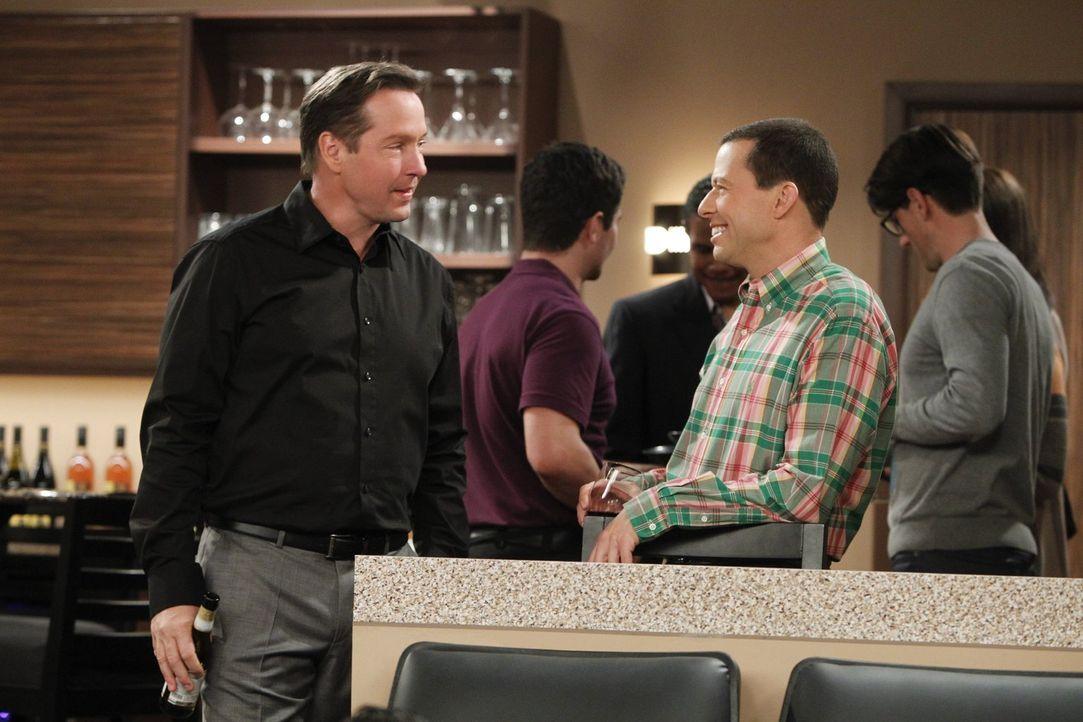 Um herauszufinden, was Lyndsey an ihrem neuen Freund findet, versucht Alan (Jon Cryer, r.) alles, um sich mit Larry (D.B. Sweeney, l.) anzufreunden... - Bildquelle: Warner Bros. Television