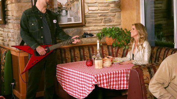 Als George (Jeremy Sisto, l.) das Geburtstagsgeschenk von Dallas (Cheryl Hine...