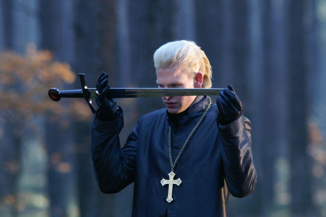 """Kardinal Giovanni (Thom Fell) ist ein Unsterblicher und gläubiger Christ. Er selbst denkt, Gott hätte ihn den Weg bereitet, um """"der Eine"""" zu sein... - Bildquelle: Lions Gate Films"""