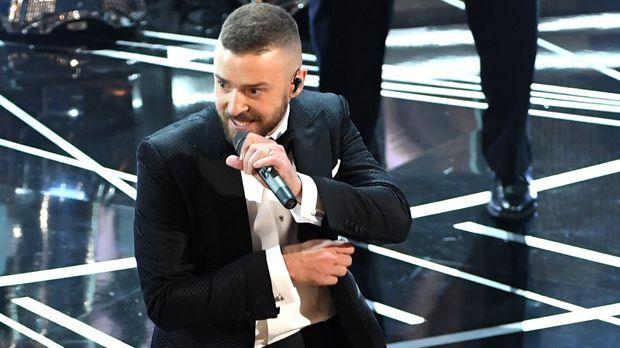 Welche Farbe haben Justin Timberlakes Schuhe zu Beginn seines Auftritts? - Bildquelle: 2017 Getty Images