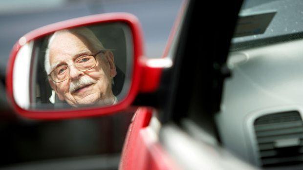 Rentner beim Autofahren