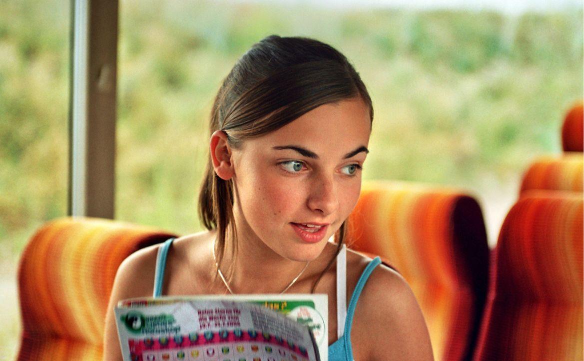 """Während der Busfahrt macht Valerie (Paula Schramm) mit Hendrik einen Test: """"Lover oder Loser"""" ... - Bildquelle: Constantin Film"""