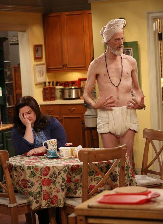 Mike möchte Molly (Melissa McCarthy, l.) an ihrem Geburtstag so richtig verwöhnen. Als er jedoch psychedelisches Eis isst, das Tom (David Allen, r... - Bildquelle: Warner Brothers
