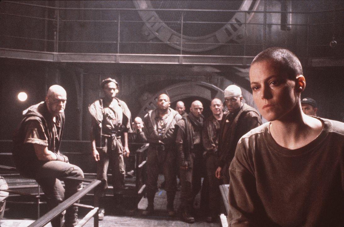 Auf dem düsteren Gefängnisplaneten sieht sich Ripley (Sigourney Weaver, r.) gewaltbereiten Angehörigen eines sonderbaren religiösen Ordens gegenüber... - Bildquelle: 20th Century Fox of Germany