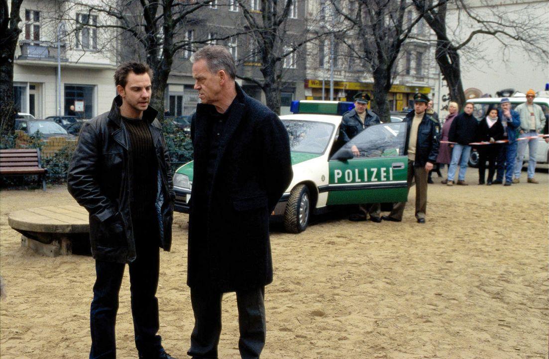 Tom (Steven Merting, l.) und Wolff (Jürgen Heinrich, r.) werden zu einem Spielplatz gerufen, auf dem die tote Barbara Ehrlich gefunden wurde. - Bildquelle: Leslie Haslam Sat.1