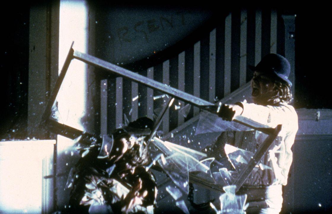 """London: Der 15-jährige Alexander """"Alex"""" de Large (Malcolm McDowell, r.) und seine halbstarken Freunde können sich mit der totalen Kontrolle des Staa... - Bildquelle: Warner Bros. Television"""