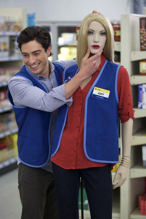 Jonah (Ben Feldman) dreht den Spieß um und stellt eine Puppe von Amy auf. Nur leider sieht die Puppe Amy überhaupt nicht ähnlich - versteht sie den... - Bildquelle: Tyler Golden 2015 Universal Television LLC. ALL RIGHTS RESERVED.