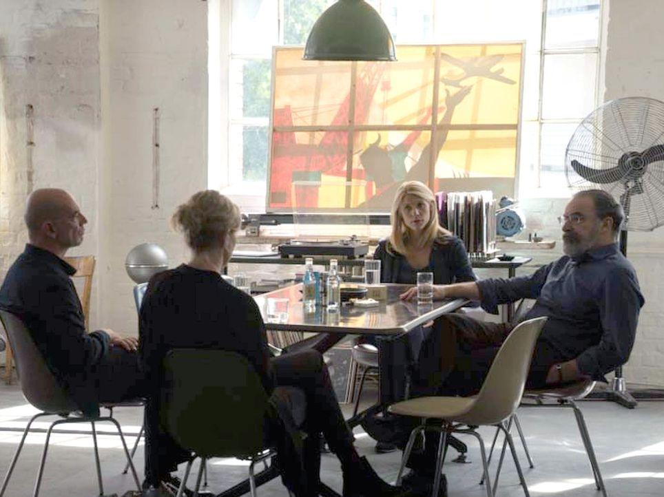 Carrie (Claire Danes, 2.v.r.) und Saul (Mandy Patinkin, r.) treffen sich mit Astrid (Nina Hoss, 2.v.l.) und ihrem Vorgesetzten Herrn Adler (Martin W... - Bildquelle: Stephan Rabold 2015 Showtime Networks, Inc., a CBS Company. All rights reserved.