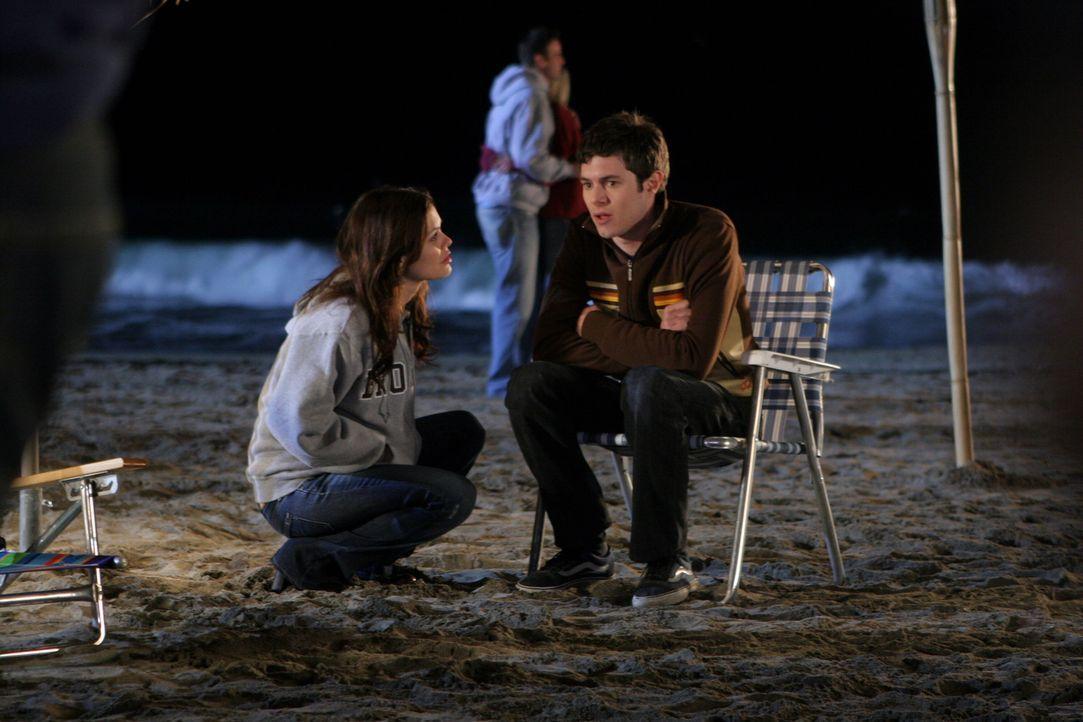 Nachdem Seth (Adam Brody, r.) in letzter Zeit so komisch ist, führen Summer (Rachel Bislon, l.) und er ein klärendes Gespräch ... - Bildquelle: Warner Bros. Television