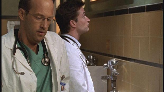 Dr. Carter (Noah Wyle, r.) muss eine Urinprobe abgeben. Dr. Greenes (Anthony...