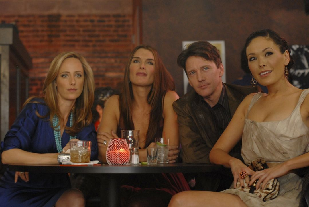 Wendy (Brooke Shields, 2.v.l.) ist völlig aufgeregt: Ihr Mann Shane steht nach Jahren wieder als Musiker auf der Bühne. Nico (Kim Raver, l.), Joe (A... - Bildquelle: 2004 NBC, Inc.