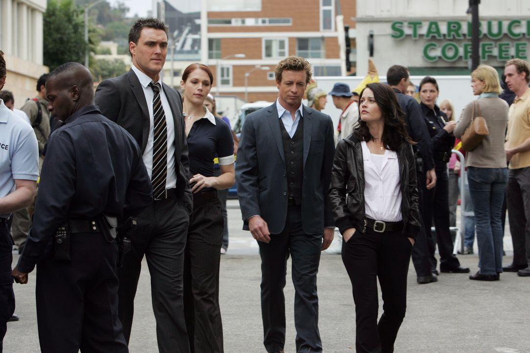 Versuchen den Mord an dem Hollywood-Produzenten Felix Hanson aufzudecken: Wayne (Owain Yeoman, l.), Grace (Amanda Righetti, 2.v.l.), Patrick (Simon... - Bildquelle: Warner Bros. Television