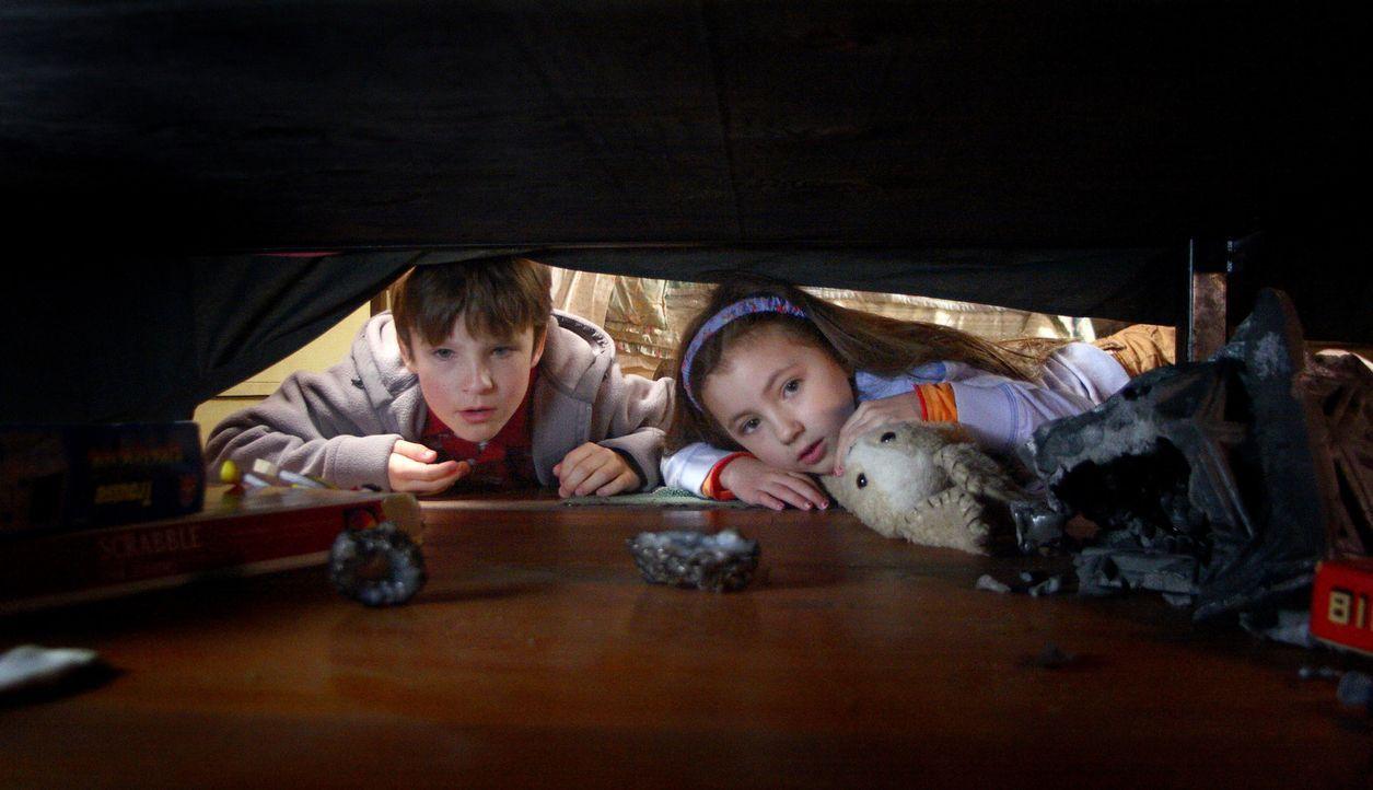 Als sie eines Tages eine geheimnisvolle Kiste finden, verändert sich das Leben der Geschwister Noah (Chris O'Neil, l.) und Emma (Rhiannon Leigh Wry... - Bildquelle: Warner Brothers
