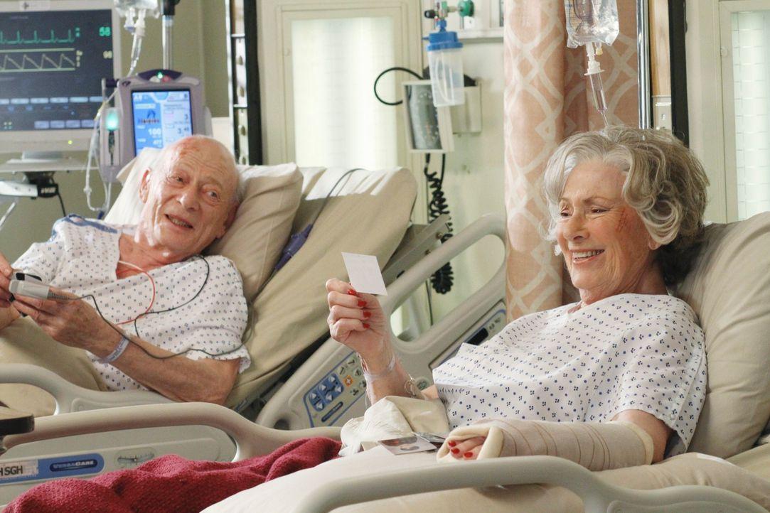 Das Wiedersehen der Patienten Henry (Alan Mandell, l.) und Betty (Marion Ross, r.) stimmt das ganze Krankenhaus nachdenklich ... - Bildquelle: Touchstone Television