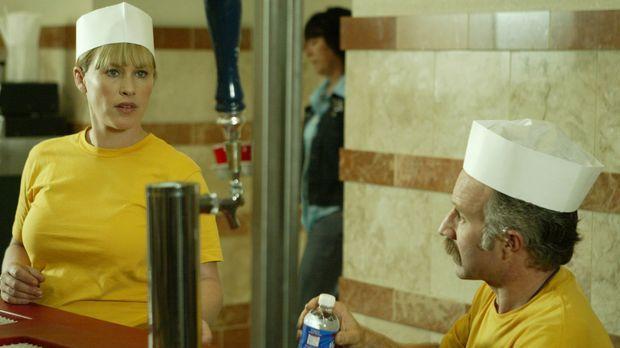 Capt. Kenneth Push (Arliss Howard, r.) und Allison Dubois (Patricia Arquette,...