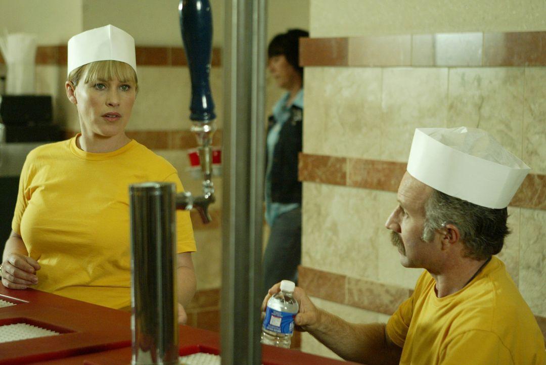 Capt. Kenneth Push (Arliss Howard, r.) und Allison Dubois (Patricia Arquette, l.) sind undercover im Einsatz ... - Bildquelle: Paramount Network Television