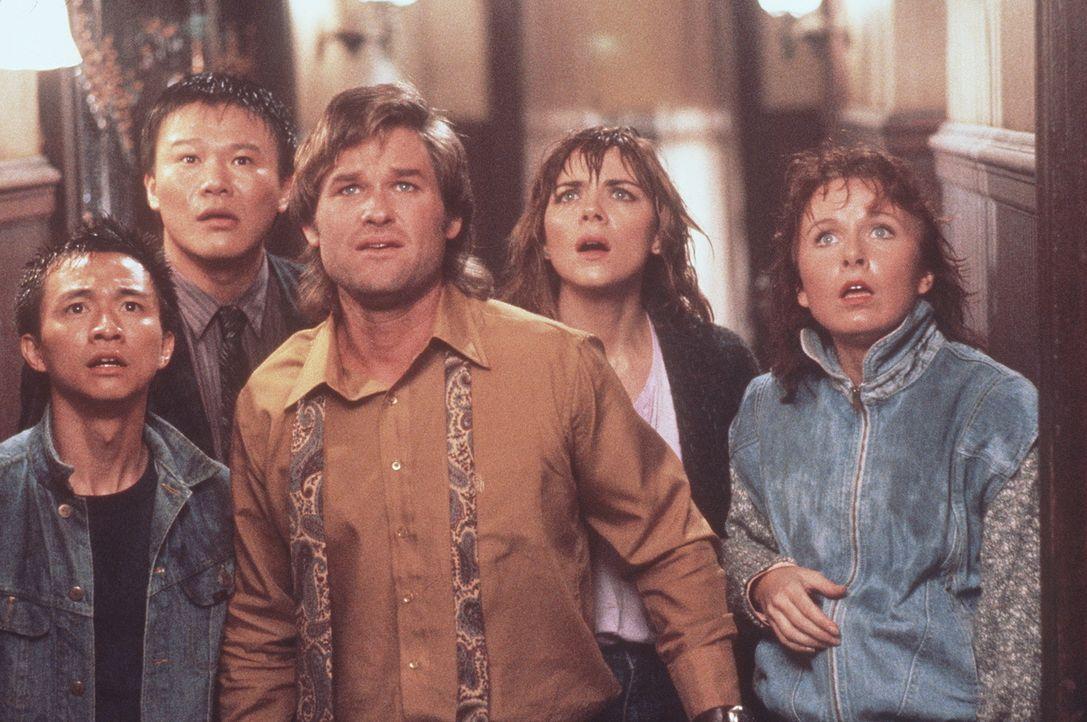 Im unterirdischen Reich des bösen Magiers Lo Pan müssen Jack (Kurt Russell, 3.v.l.), Gracie (Kim Cattrall, 2.v.r.), Wang Chi (Dennis Dun, l.) und Mi... - Bildquelle: 20th Century Fox