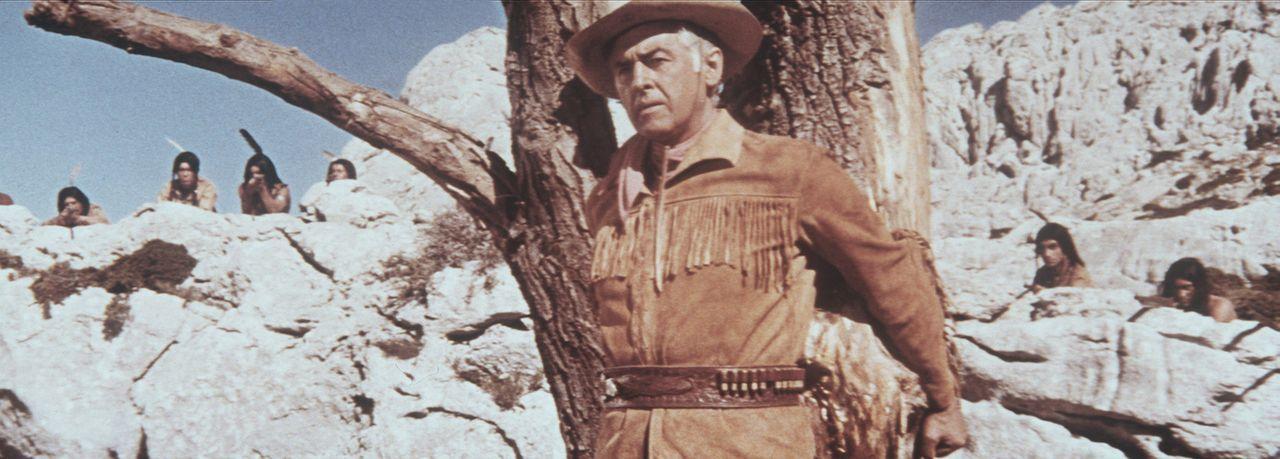 Old Surehand (Stewart Granger, M.) gerät in eine Falle und ist plötzlich von Indianern umzingelt ... - Bildquelle: Warner Bros.