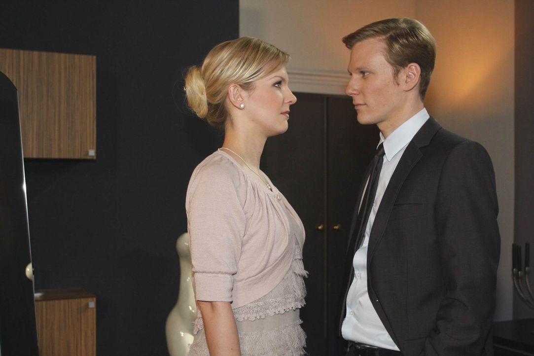 Alexandra (Ivonne Schönherr, l.) glaubt Philip (Philipp Romann, r.) kein Wort, doch der Keim des Misstrauens ist gesät ... - Bildquelle: SAT.1
