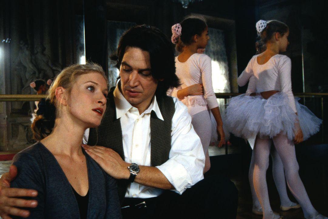 Kommissar Richie Moser (Tobias Moretti, r.) versucht die völlig aufgelöste Ballett-Lehrerin (Susanne Wilhelmina, l.) zu beruhigen. Ein skrupelloser... - Bildquelle: Ali Schafler Sat.1