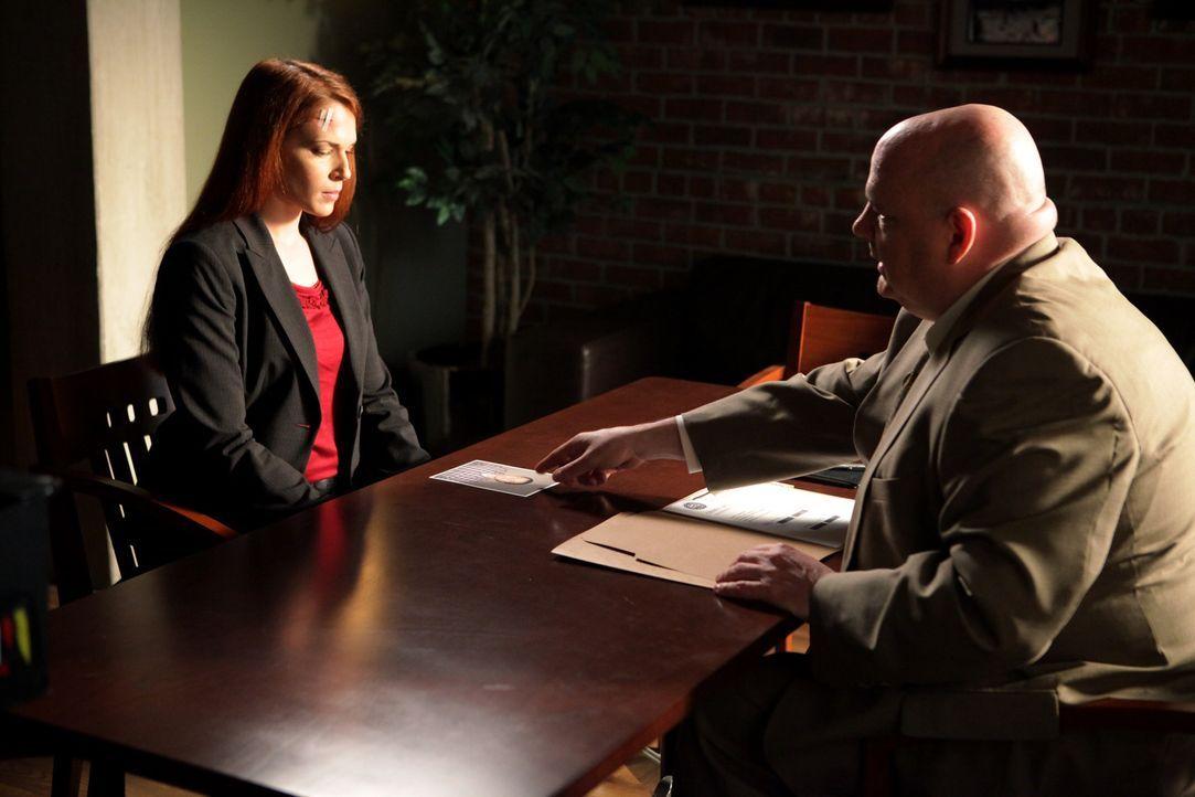 Grace (Amanda Righetti, l.) wird zur Bewachung des Zeugen Justin DeGeorge eingeteilt, doch dieser wird erschossen. Grace gerät dadurch unter Verdach... - Bildquelle: Warner Bros. Television