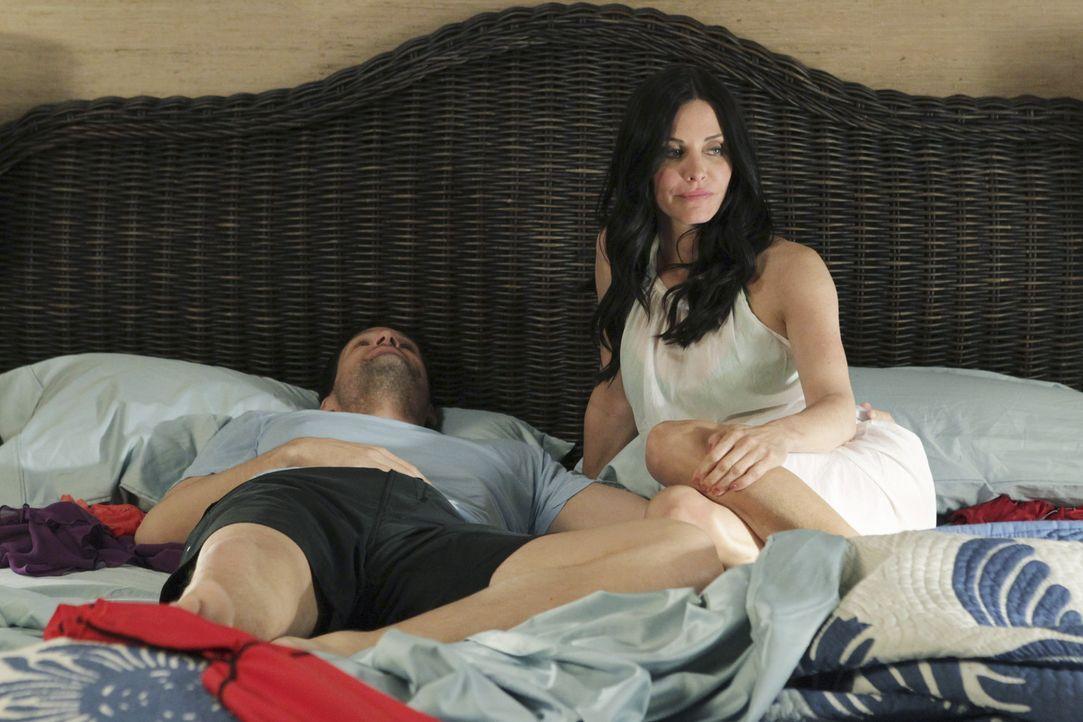 Jules (Courteney Cox, r.) und Grayson (Josh Hopkins, l.) wollen ein romantisches Wochenende auf Hawaii verleben, doch der Wunsch von Grayson, eigene... - Bildquelle: 2010 ABC INC.