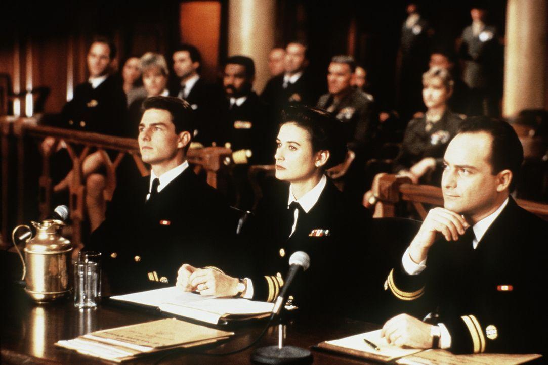 Lt. Kaffee (Tom Cruise, l.), Lt. JoAnne Galloway (Demi Moore, M.) und Lt. Sam Weinberg (Kevin Pollak, r.) sollen die beiden angeklagten Soldaten ver... - Bildquelle: Columbia Pictures
