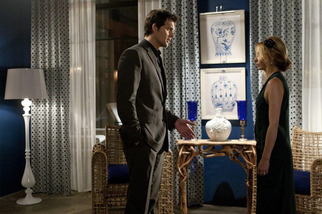 Das seltsame Verhalten von Bridget (Sarah Michelle Gellar, r.), die er nach wie vor für Siobhan hält, verärgert und verwirrt Henry (Kristoffer Po... - Bildquelle: 2011 THE CW NETWORK, LLC. ALL RIGHTS RESERVED