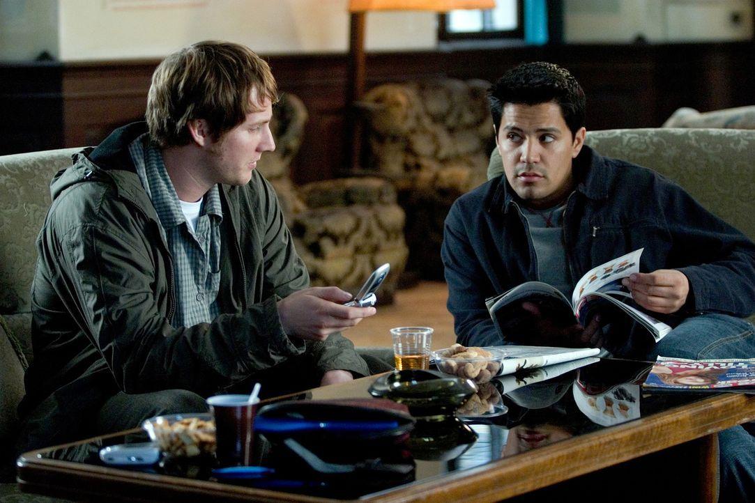 Als die Studenten Paxton (Jay Hernandez, r.) und Josh (Derek Richardson, l.) von einem Hostel in Slowenien erfahren, wo sich die heiße und willige D... - Bildquelle: Sony Pictures Television International. All Rights Reserved.