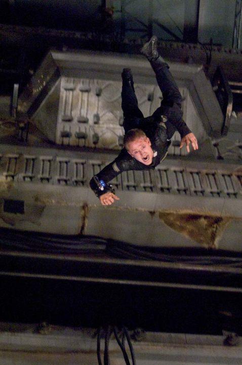 Auf dem Weg zum Reaktor bald wird Bower (Ben Foster) klar, dass etwas bei der letzten Mission schief gelaufen sein muss. Mit den mörderischen Kreat... - Bildquelle: 2009 Constantin Film Verleih GmbH
