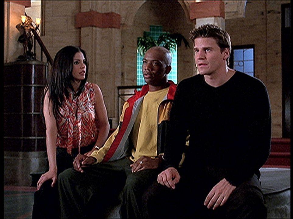 Cordelia (Charisma Carpenter, l.), Gunn (J. August Richards, M.) und Angel (David Boreanaz) gönnen sich eine Pause, bevor sie wieder gegen das Böse... - Bildquelle: TM +   2000 Twentieth Century Fox Film Corporation. All Rights Reserved.