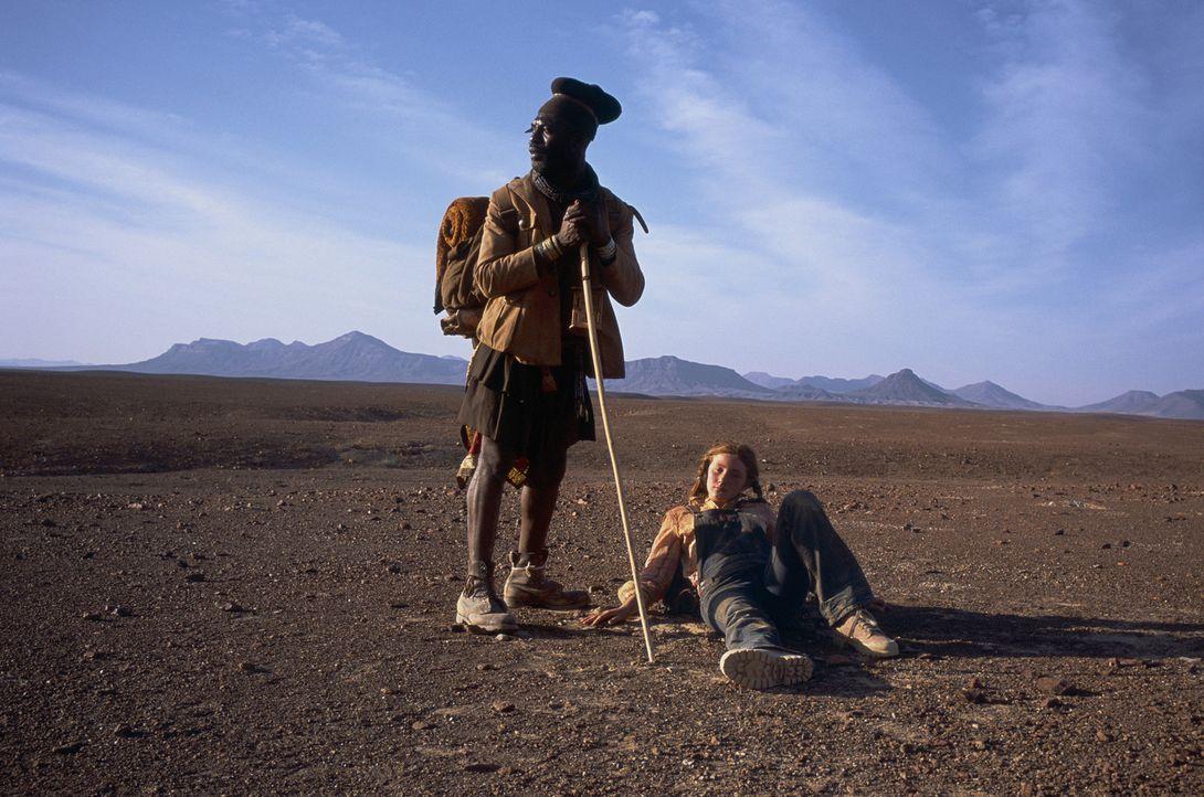 Gemeinsam begeben sich der Eingeborene Himba Kadjiro (Eriq Ebounaney, l.) und die 14-jährige Grace (Camille Summers, r.) auf der Suche nach Gary in... - Bildquelle: Gaumont