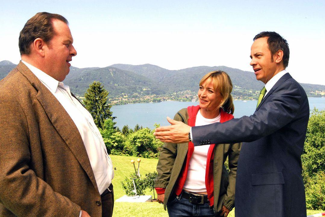 Staatsanwalt Lenz (Moritz Lindbergh, r.) macht Benno Berghammer (Ottfried Fischer, l.) mit seiner neuen Kollegin Nadine Richter (Katharina Abt, M.)... - Bildquelle: Hans Seidenabel Sat.1