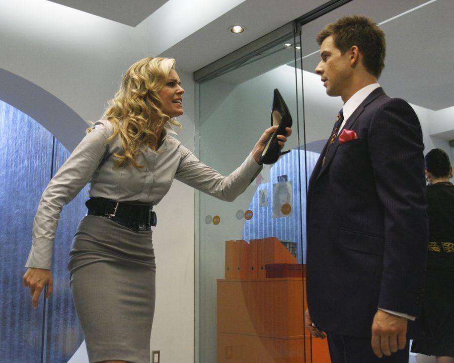 Alexis (Rebecca Romijn, l.) ist völlig verzweifelt, weil ihr der Umgang mit MakeUp und Stöckelschuhen ziemlich schwer fällt - wie auch Daniel (Eric... - Bildquelle: Buena Vista International Television