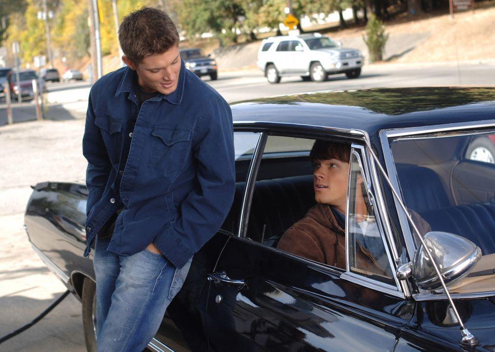 Zach, ein Freund von Sam, wird des Mordes verdächtigt! Als Sam (Jared Padalecki, r.) und Dean (Jensen Ackles, l.) auf Zachs Schwester Rebecca treff... - Bildquelle: Warner Bros. Television
