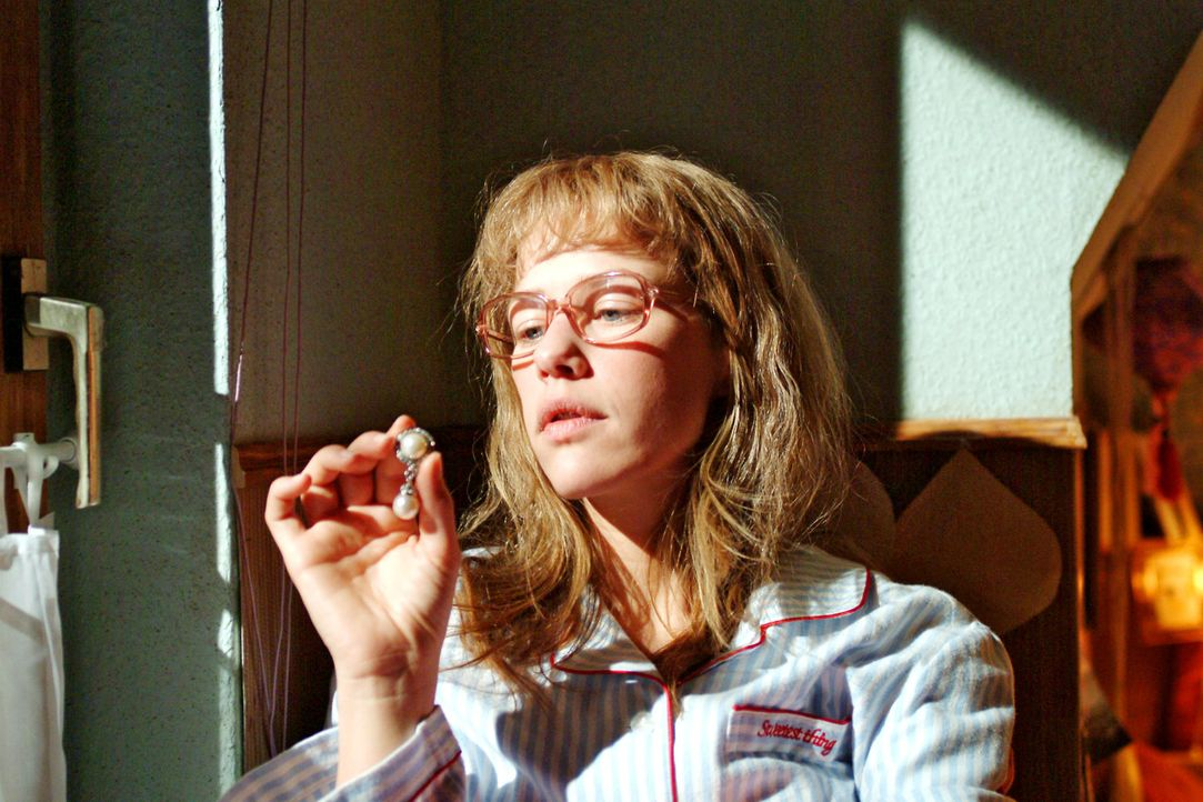 Lisa (Alexandra Neldel) wirft einen Blick auf die sündhaft teuren Ohrringe - und muss entscheiden, ob sie bestechlich ist ... (Dieses Foto von Alex... - Bildquelle: Sat.1