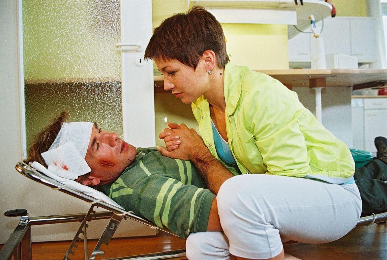 Frederik (Daniel Morgenroth, l.) ist zusammengebrochen - Stephanie (Claudia Schmutzler, r.) macht sich große Sorgen um ihn. - Bildquelle: Noreen Flynn Sat.1