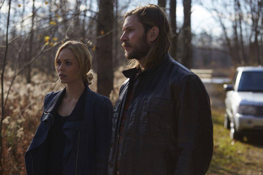 Nick und Katia finden sich in den Fängen von Romans Männern wider, während Clay (Greyston Holt, r.) Elena (Laura Vandervoort, l.) bei ihrer ersten A... - Bildquelle: 2016 She-Wolf Season 3 Productions Inc.
