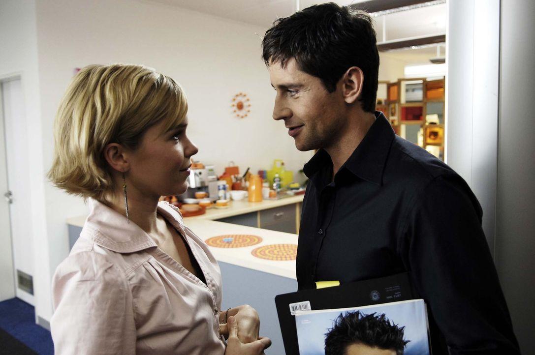 Nik (Oliver Bootz, r.) will unbedingt mit Vic (Anna Kubin, l.) ausgehen, doch die ist hin- und hergerissen … - Bildquelle: Gordon Mühle ProSieben